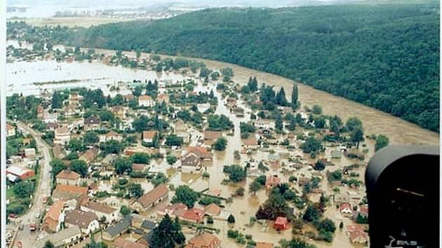 Povodeň v roce 2002 totálně vyplavila obec Lety. Na pomoc s likvidací škod vyrazili i bohdanečtí hasiči