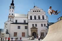 Návštěvníci zámku Pardubice mohou na velkém nádvoří sledovat skateboardingovou exhibici a vyzkoušet si tento sport při workshopech pro veřejnost. Akce je součástí programu Olympijského parku Pardubice.