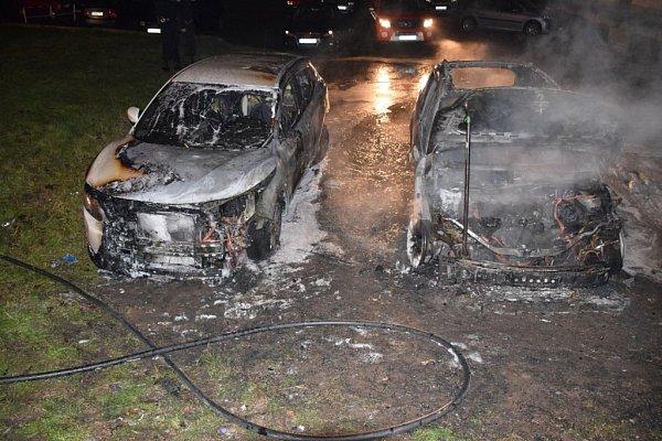 Požár vozidla zcela zničil.