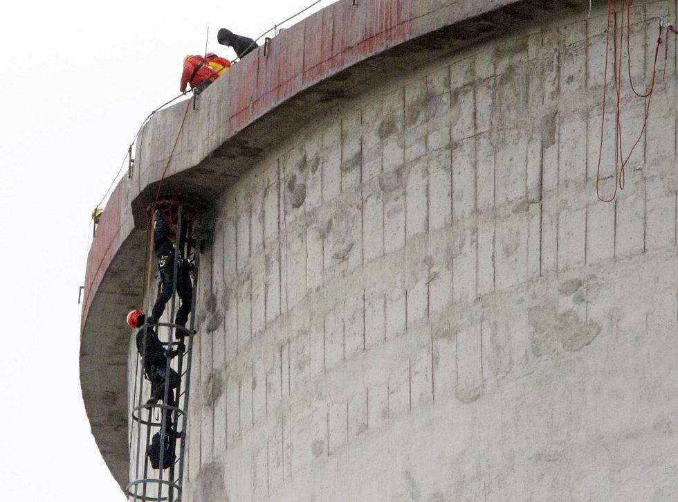 Policisté Krajské pořádkové jednotky Pardubického kraje vylezli na ochoz chladící věže za aktivisty.