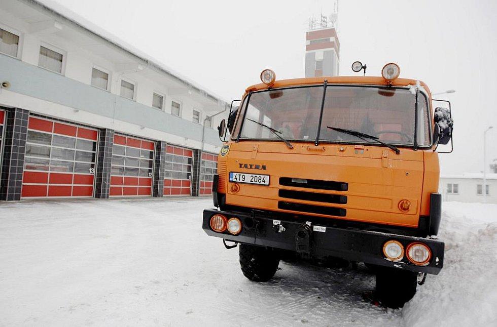 Vyprošťovací speciál Záchranné brigády z Hlučína, který přijel pardubickým hasičům na výpomoc.