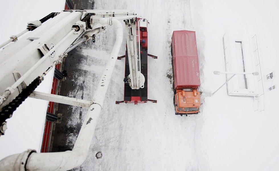 S odstraňováním sněhu a rampouchů ze střech pomáhá pardubickým hasičům výšková technika.
