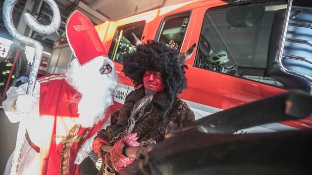 Ze stanice hasičů v Pardubicích vyrazila i letos mikulášská družina...