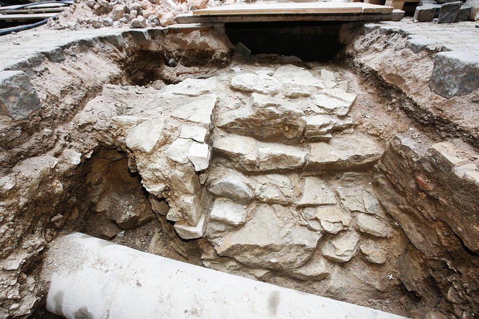 Archeologové Východočeského muzea během rekonstrukce našli mohutnou zeď z opuky - původní hrad ze 14. století!