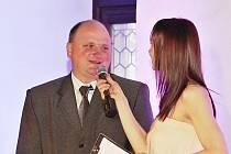 Vítěz Ceny médií Radek Rulík s moderátorkou slavnostního večera Petrou Beránkovou.