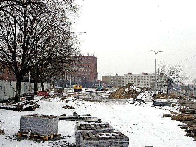 Rušné staveniště před pardubickým hlavním nádražím doslova zmrazila zima. Práce závislé na počasí se musely zastavit, čeká se na oteplení.
