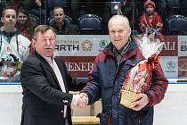NOVÝ ČLEN. V Síni slávy českého hokeje pochopitelně nechybí ani pardubická legenda Vladimír Martinec (vlevo). Právě on v ní symbolicky přivítal Zdeňka Uhera.