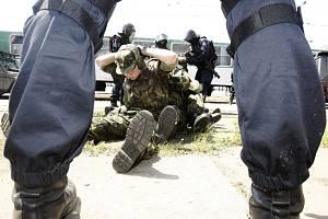 Policisté z pořádkových jednotek a URNY cvičili v České Třebové záchranu rukojmích z vlaku.