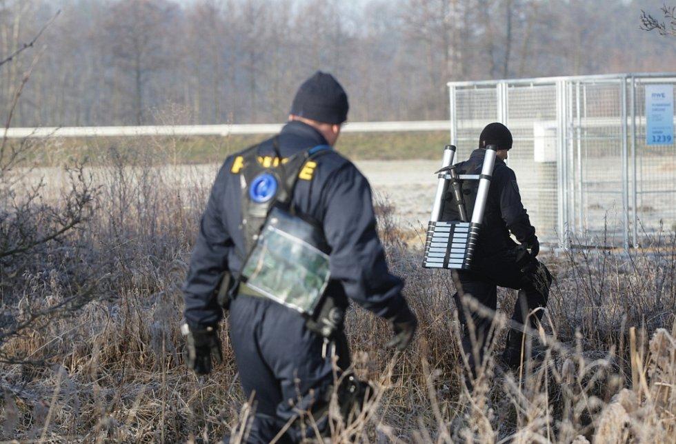 Policisté propátrávají terén u Ohrazenic. Hledají 84letého důchodce, který se nevrátil domů.