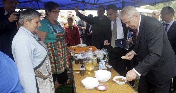 Prezident Miloš Zeman ochutnával vPřívratu guláš