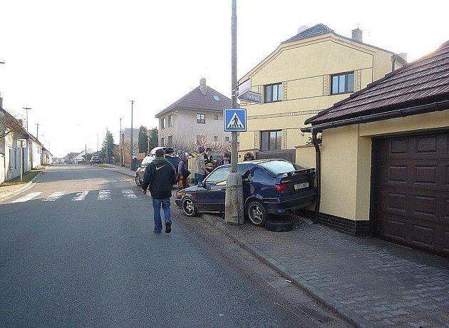 """Řidič bez """"papírů"""" svoji divokou jízdu s odcizeným autem zakončil až na chodníku..."""