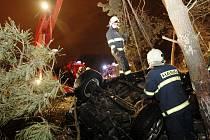Hasiči museli havarovaný vůz z lesa vytáhnout jeřábem. Řidič karambol přežil s velkou dávkou štěstí.