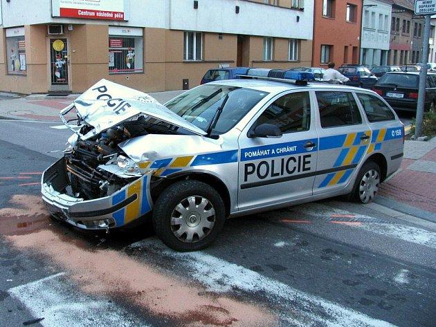 Policejní automobil havaroval cestou k případu. I přesto zloděj neunikl. Zadržela jej další hlídka.