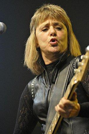 ROCKOVÁ LEGENDA Suzi Quatro vystoupila ve čtvrtek vmalé  hale ČEZ Areny vPardubicích.