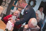 Návštěva u opuštěných seniorů v domově U Kostelíčka. Dárky přinesli i vojáci z pardubického letiště.