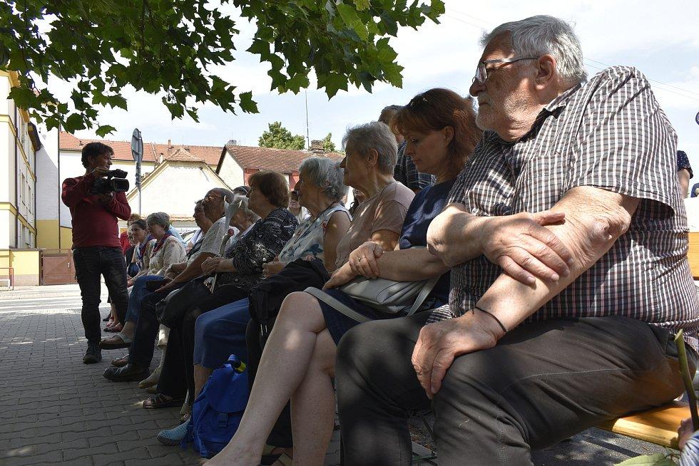 Jako jediná z rodiny přežila koncentrační tábor. S bolavou vzpomínkou nyní Hana Sternlicht v Holicích vložila do dlažby kameny zmizelých za své rodiče.