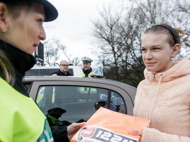 Reflexní vesta za odměnu za svou vůbec první dopravní kontrolu dostala i žákyně autoškoly Věra Novotná z Dašic.