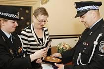 Starší strážník Petr Mikulenka v pondělí obdržel medaili za pět let ve službě z rukou starostky Lázní Bohdanče Květoslavy Jeníčkové a velitelky strážníků Anety Hámorské. Kromě vyznamenání obdržel pamětní plaketu a list.
