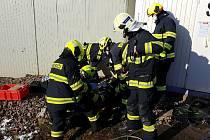 Dělník uvízl mezi stavební buňkou a mostní konstrukcí.