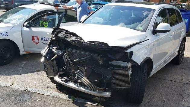 Na místě nehody nechal řidič část auta, přesto pokračoval v jízdě