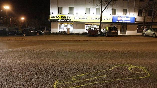 Na místě nehody zůstal jen obrys těla na silnici, kam těžce zraněná dívka dopadla.