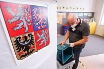 Krajské volby 2020 na ZŠ Bratranců Veverkových. Vysypání volební urny a zhájení sčítání volebních hlasů.