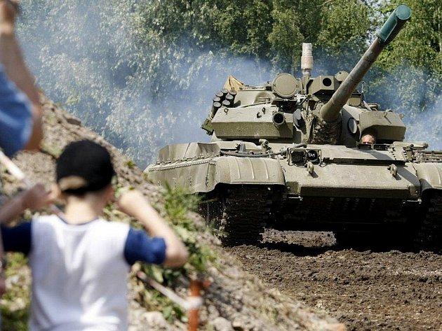 Obrněná technika se proháněla po přeloučském tankodromu