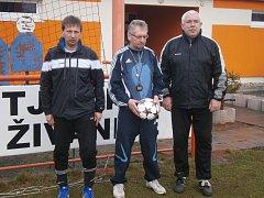 Muž mnoha funkcí...  Vítězslav Rejmon (vpravo) za dva roky působení v Živanicích zastával po boku různých koučů roli vedoucího družstva, asistenta, maséra i trenéra brankářů.
