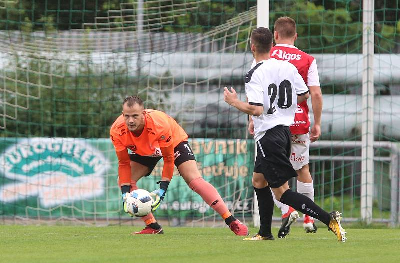 Fotbalové utkání Mol cup poháru mezi SK Vysoké Mýto (v bíločerném) a FK Pardubice (v červenobílém).