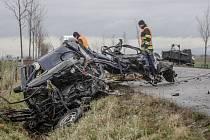 Tragická dopravní nehoda u Rozhovic. Čelní střet s nákladním autem řidič felicie nepřežil.