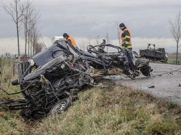 Tragická dopravní nehoda uRozhovic. Čelní střet snákladním autem řidič felicie nepřežil.