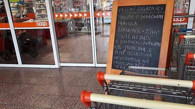 KAŽDÝ ZÁKAZNÍK musí mít vozík, nebo košík. Bez něj není možný vstup do prodejny.