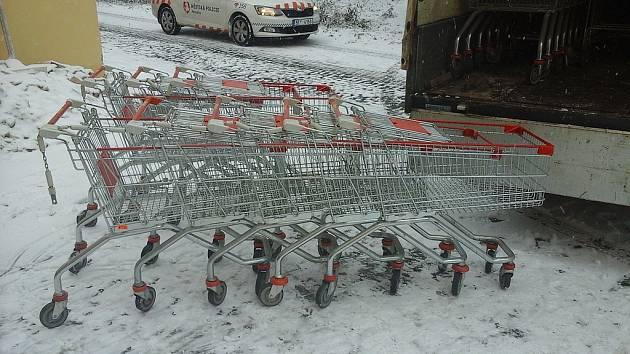 Kradené nákupní vozíky. Cizinci jich od nákupních center na pardubickém sídlišti Dubina odtahali na čtyřicet kusů.
