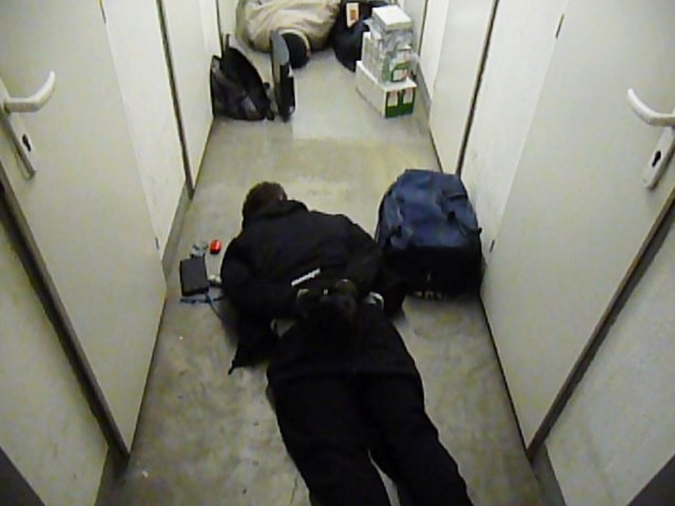 Zadržení pachatelé přímo na místě činu. Před policisty se nejprve schovávali v jednom zdánlivě nevyloupeném sklepě.