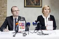 Hejtmani chtějí 420 milionů korun na platy řidičů. Na snímku jsou Martin Netolický a Jana Vildumetzová.