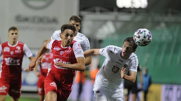 Z fotbalového derby FC Hradec Králové - FK Pardubice