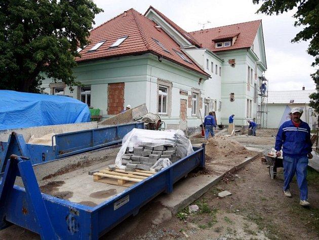 Rekonstrukce dětského domova v Holicích. Toto zařízení prošlo velkou opravou naposledy koncem šedesátých let minulého století. Nově by tu měly vzniknout rodinné buňky