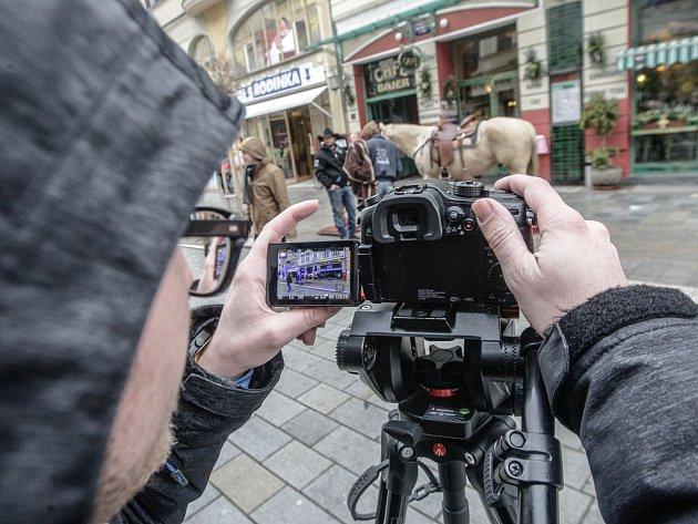 S koněm na třídu Míru. I tak vypadalo natáčení propagačního klipu Fakulty ekonomicko - správní Univerzity Pardubice.