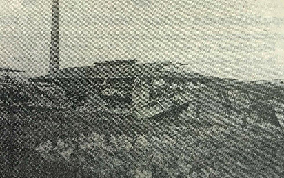 Na fotografii z periodika Východočeský Republikán je zachycena zbořená cihelna v Lánech na Důlku.