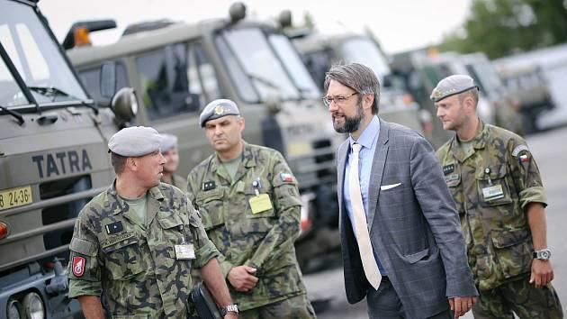 Náměstek ministra obrany Jakub Landovský u 141. pluku logistické podpory Pardubice.
