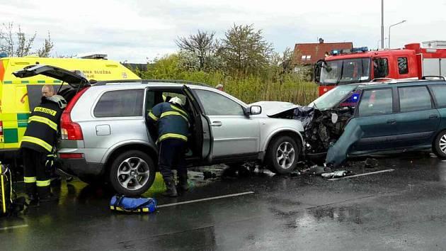 Střet dvou aut v zatáčce si vyžádal pět zraněných.