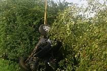 """Automobil se u Přelouč """"zakousnul"""" do stromu. Z příkopu ho museli vythovat hašici pomocí jeřábu."""