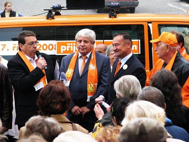 Vlivný náchodský podnikatel a člen ČSSD Miloslav Mrština (uprostřed) mezi Královéhradeckým hejtmanem Lubomírem Francem (vlevo) a Vladimírem Drymlem