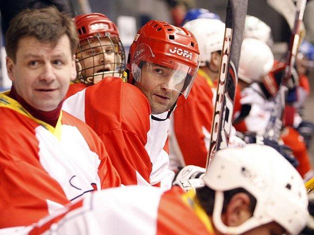 Proti výběru pardubického hokejového klubu se postavili zástupci České televize v čele s Jiřím Hölzlem, Robertem Zárubou či Pavlem Čapkem.
