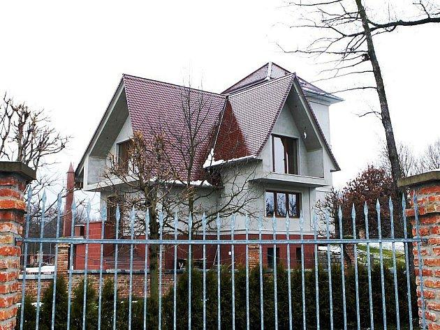 Na Holečkovu vilu postavenou na černo se chystá demoliční výměr