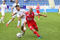 Pardubický fotbalista Adam Lupač (na snímku vpravo) odehrál druhý poločas v utkání proti Slovácku.