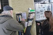Nádražní knihovna unese až 50 knih.