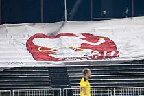 Ukradená vlajka hlavou dolů na znamení potupy. Hradečtí fotbaloví chuligáni ji na znamení svého vítězství vystavili při zápase s Plzní a vzápětí jim ji sbalila policie. Vlajku sice pardubičtí fanoušci dostanou zpět, ale používat už ji nebudou.