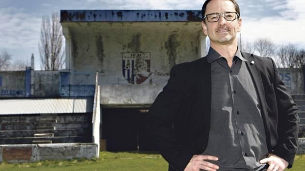 Letní stadion stojí na svém místě už od roku 1931, momentálně je ale v takovém stavu, že fotbal se zde hrát ani omylem nedá. Primátor Pardubic Martin Charvát měl jeho opravu v hlavě už coby šéf Rozvojového fondu.