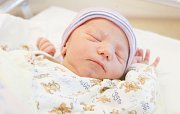 ADAM TURKE se narodil 3. října v 17 hodin a 22 minut. Měřil 52 centimetrů a vážil 3380 gramů. Maminku Evu u porodu podpořil tatínek Tomáš. Rodina žije v Pardubicích.